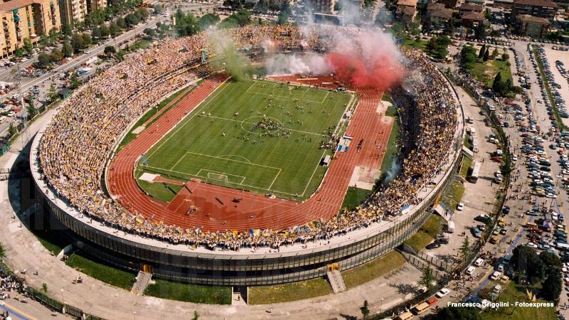Lo Stadio Bentegodi nel 1985 durante i festeggiamenti per la vittoria del primo scudetto dell'Hellas Verona (credits to Francesco Grigolini)